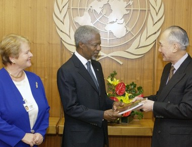 Photo Opportunity and presentation to the Secretary-General of the report of the High Level Panel on Threats, Challenges and Change by Mr. Anand Panyarachun (Chairman) and Dr. Gro Harlem Brundtland (member)