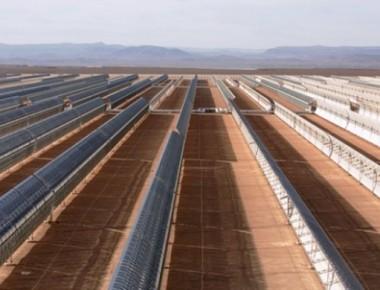 آینه های مقعر نور خورشید را متمرکز کرده و به بالای برج انرژی میتابانند.